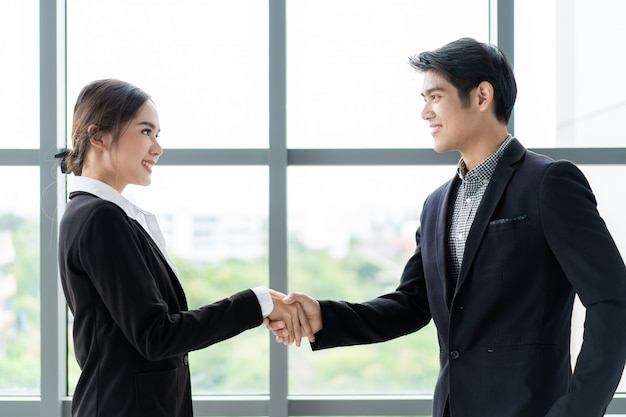 Uomo d'affari e donna di affari che fanno una stretta di mano dopo la conversazione di affari. concetto di uomini d'affari professionali.