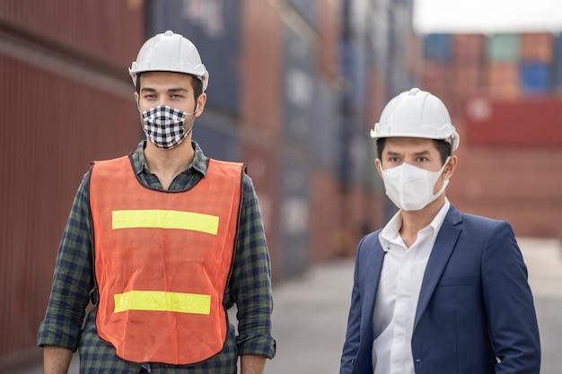 Uomo d'affari e operaio che indossano le maschere mediche