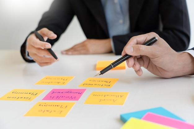 Uomo d'affari e squadra analizzando la finanziaria per la pianificazione caso cliente finanziario in ufficio.