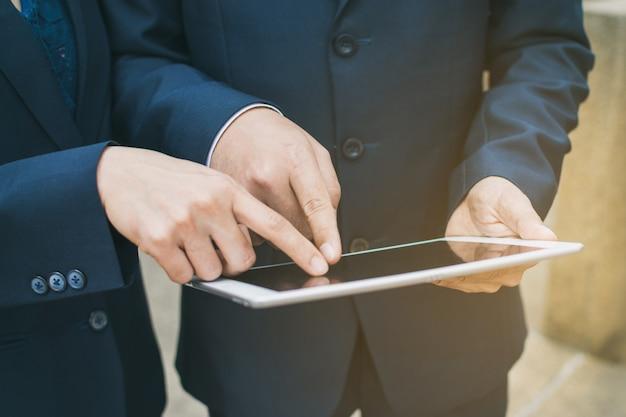 Uomo d'affari e tablet