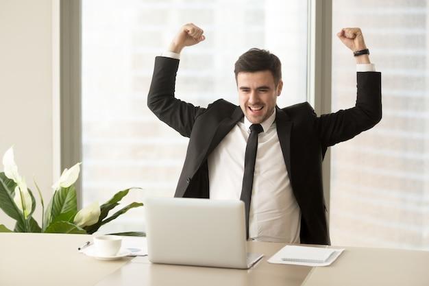 Uomo d'affari eccitato a causa del successo negli affari