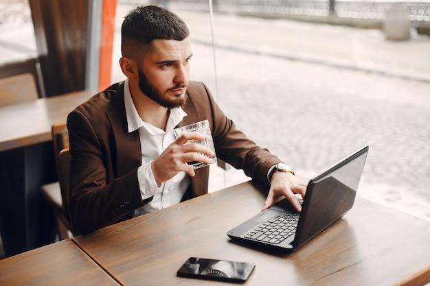 Uomo d'affari elegante che lavora in un caffè