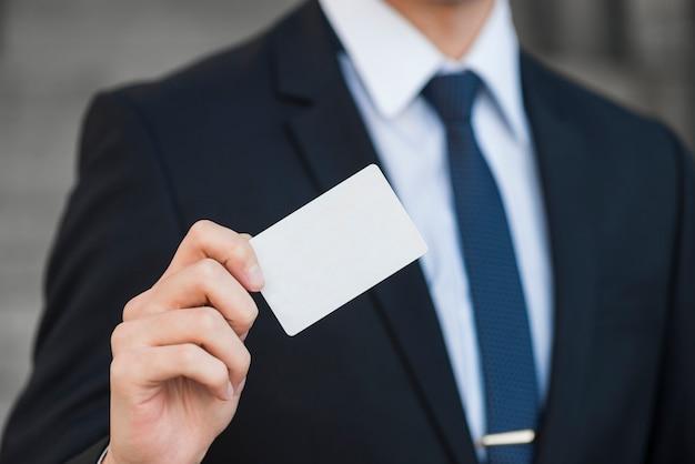 Uomo d'affari elegante che mostra biglietto da visita