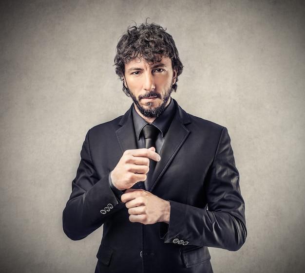 Uomo d'affari elegante in tuta