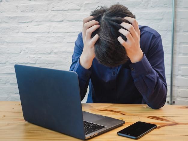 Uomo d'affari esaurito che ha stressante e stanco con duro lavoro.