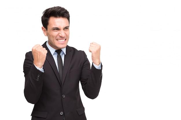 Uomo d'affari esecutivo emozionante nel vincitore di sensibilità del vestito che celebra successo di affari di vittoria isolato