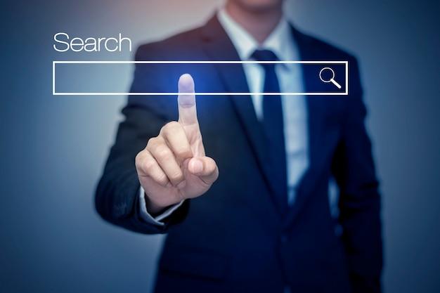 Uomo d'affari facendo clic su pagina di ricerca di internet sul touch screen del computer