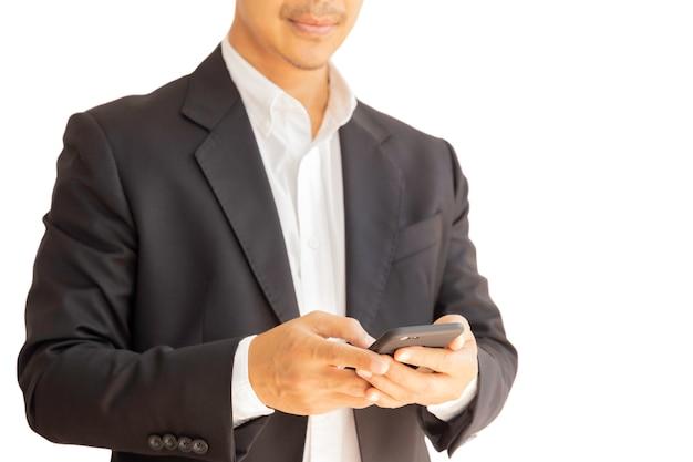 Uomo d'affari facendo uso del telefono cellulare isolato su fondo bianco in percorso di ritaglio.