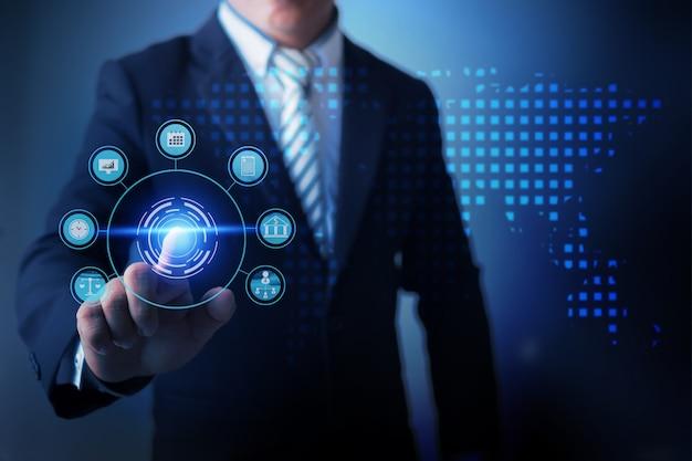 Uomo d'affari facendo uso dell'affare globale commovente di realtà virtuale e analizzando i dati dell'affare di finanza con il grafico digitale economico.