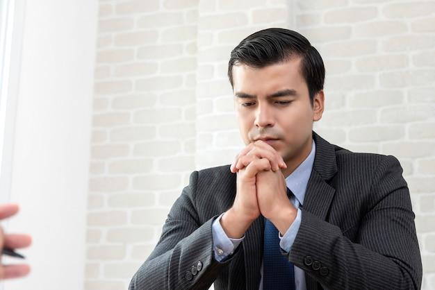 Uomo d'affari fallito e disperato con le mani sul mento
