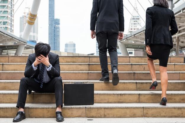 Uomo d'affari fallito triste in città