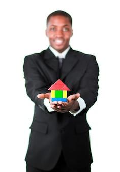 Uomo d'affari felice che presenta una casa