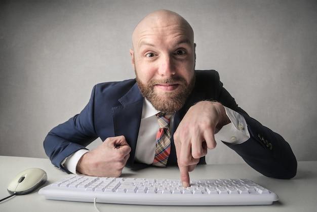 Uomo d'affari felice che trova una soluzione