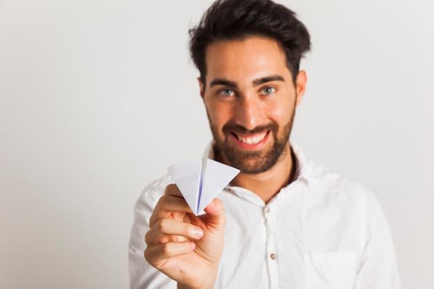 Uomo d'affari felice e piano di carta