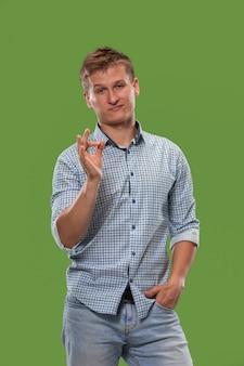 Uomo d'affari felice, segno ok, sorridente, isolato su studio verde alla moda.
