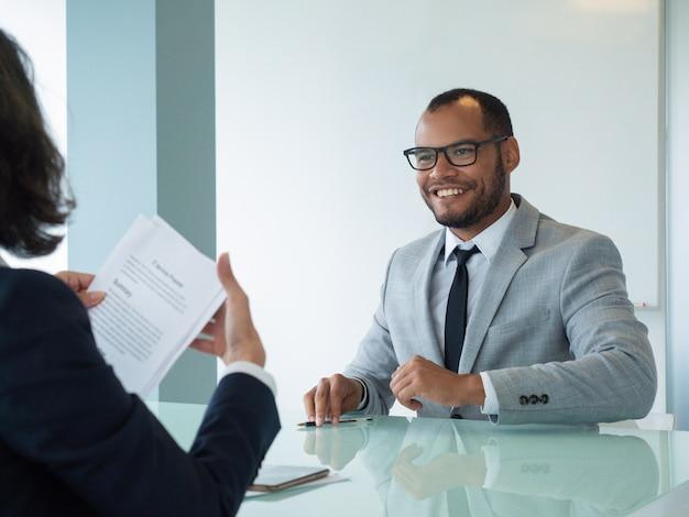 Uomo d'affari felice soddisfatto dell'affare