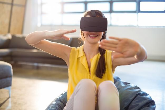 Uomo d'affari femminile che usando i vetri virtuali