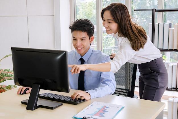 Uomo d'affari fiducioso e dipendenti bella donna ufficio