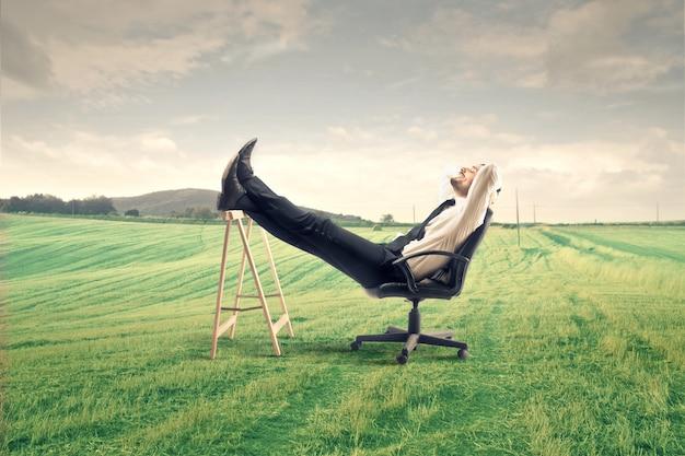 Uomo d'affari finalmente rilassante