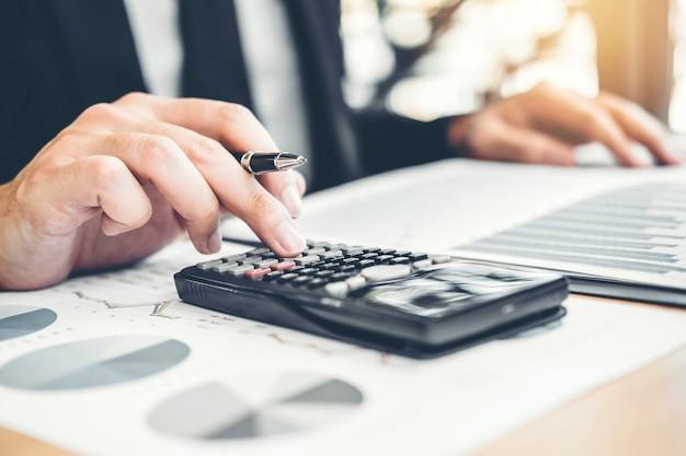 Uomo d'affari finanziario contabilità calcolo costo investimento di bilancio economico