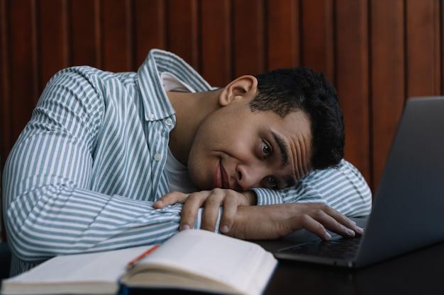 Uomo d'affari frustrato che per mezzo del computer portatile, lavorando duro. termine mancante stressato stanco