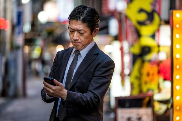 Uomo d'affari giapponese a tokyo con tailleur formale