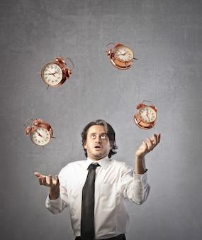 Uomo d'affari giocoleria con il tempo