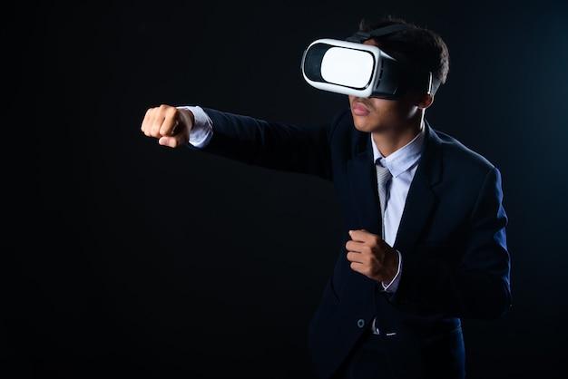 Uomo d'affari giovane con gli occhiali di realtà virtuale