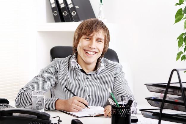 Uomo d'affari giovane e di successo