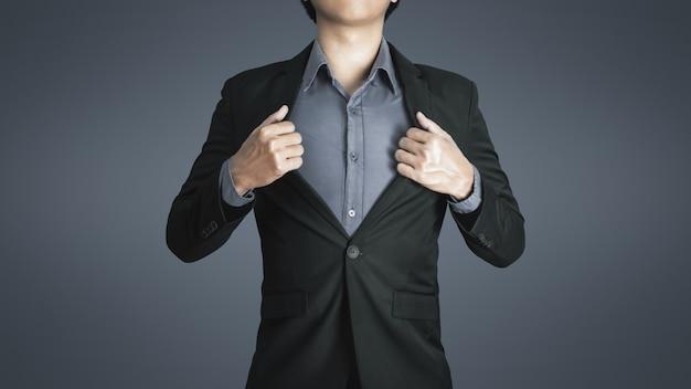 Uomo d'affari giovane indossa lussuoso abito nero con felice espressione di successo nel lavoro e buona vita.