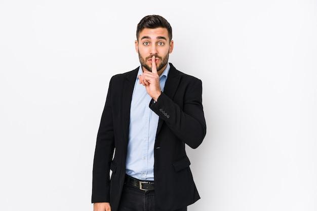 Uomo d'affari giovane mantenendo un segreto o chiedendo silenzio