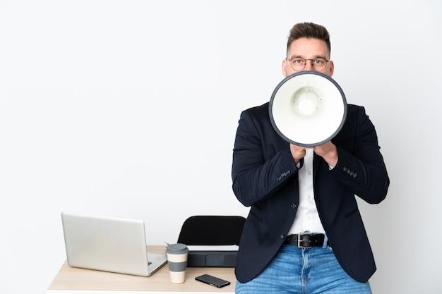 Uomo d'affari giovane nel suo ufficio