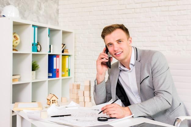 Uomo d'affari giovane parlando al telefono