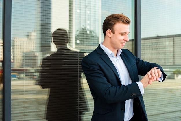 Uomo d'affari guardando orologio da polso