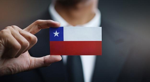 Uomo d'affari holding card della bandiera del cile