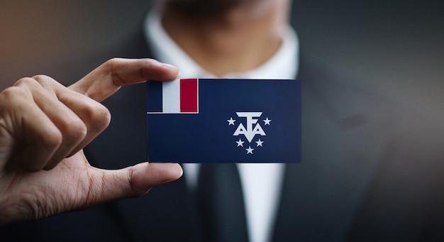 Uomo d'affari holding card della bandiera del sud francese