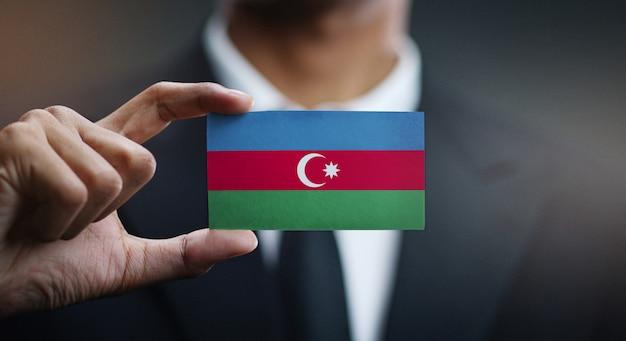 Uomo d'affari holding card della bandiera dell'azerbaigian