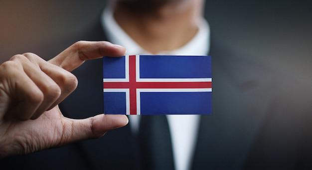 Uomo d'affari holding card della bandiera dell'islanda