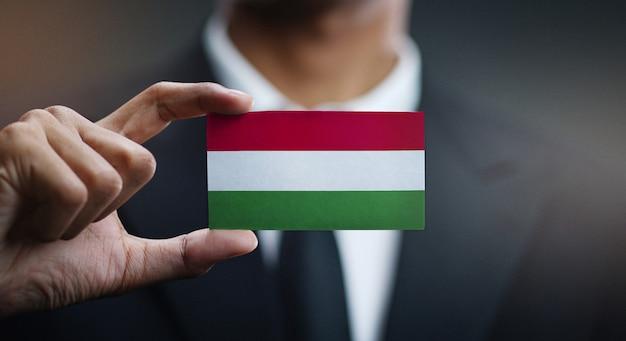 Uomo d'affari holding card della bandiera dell'ungheria