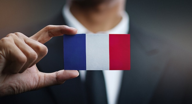 Uomo d'affari holding card della bandiera della francia