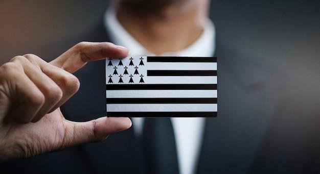 Uomo d'affari holding card of brittany flag