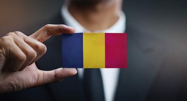 Uomo d'affari holding card of chad flag