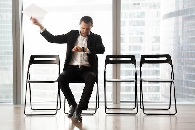 Uomo d'affari impaziente turbato che urla nella rabbia