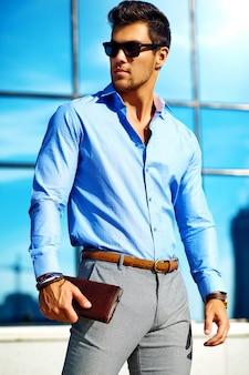Uomo d'affari in abiti formali e occhiali da sole