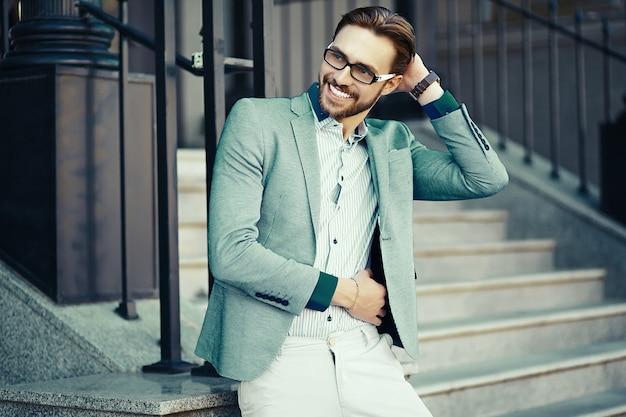 Uomo d'affari in abito blu in strada