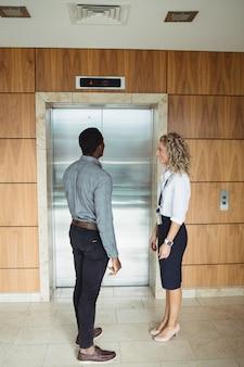 Uomo d'affari in attesa di ascensore