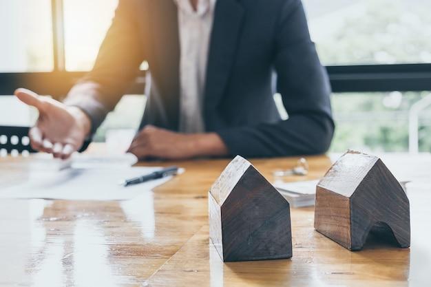 Uomo d'affari in attesa di firmare accordo per l'acquisto di sfondo sfocato casa. concetto di gestore bancario.