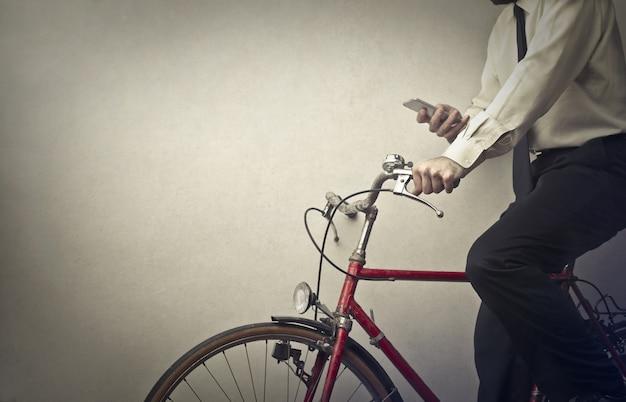 Uomo d'affari in bicicletta