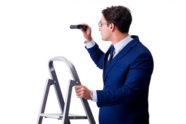 Uomo d'affari in cima alla scala con il binocolo