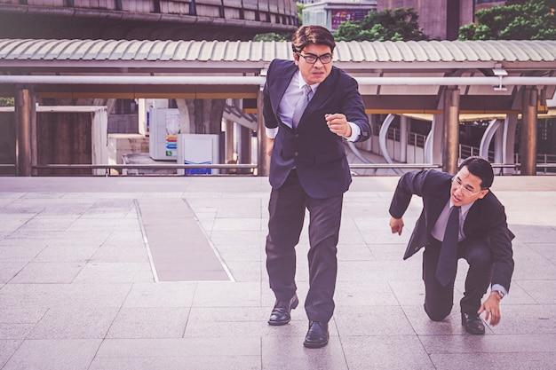 Uomo d'affari in città in piedi in posizione iniziale